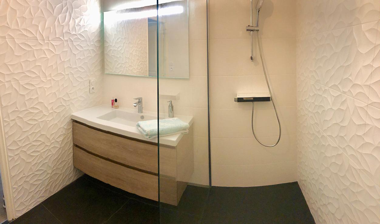 Salle de bains moderne noire et blanche à Concarneau (17