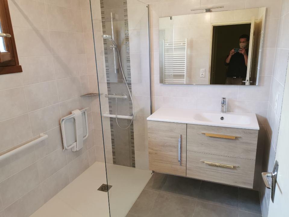 salle de bain avec accès PMR à Inzinzac-Lochrist